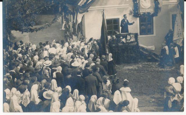 Ko so 12. septembra 1920 v Hrovači slovesno odprli spominsko ploščo na rojstni hiši jezikoslovca patra Stanislava Škrabca, je govoril tudi Jože Ilc. Foto arhiv Muzej Ribnica