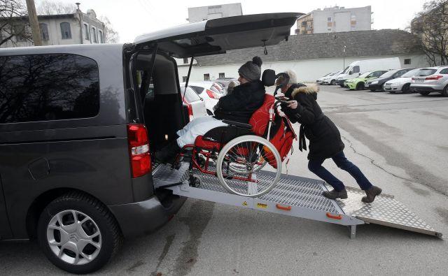 Osebna asistenca mora biti namenjena samostojnosti uporabnika in njegovi vključenosti v družbo, so opozorili v invalidskih organizacijah. FOTO: Blaž Samec/Delo