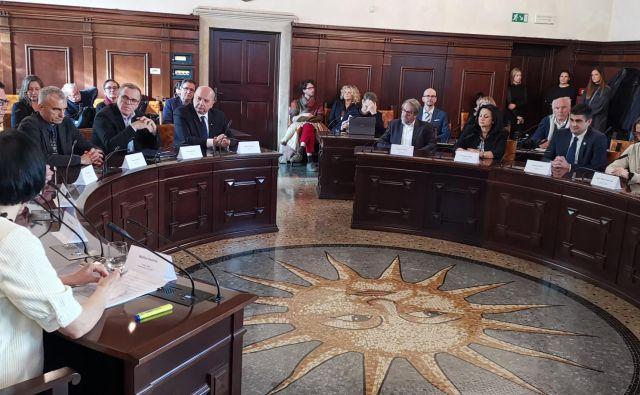 Istrski župani in tržaški podprli kandidaturno knjigo za EPK v Piranu. Foto Boris Šuligoj