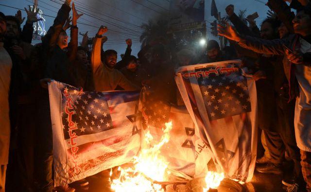 Sežiganje ameriške in izraelske zastave v Pakistanu. Foto Arif Ali Afp