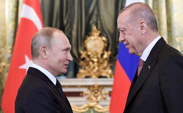 Ruski in turški predsednik, Vladimir Putin in Recep Tayyip Erdoğan, krepita zavezništvo med državama. FOTO: Reuters