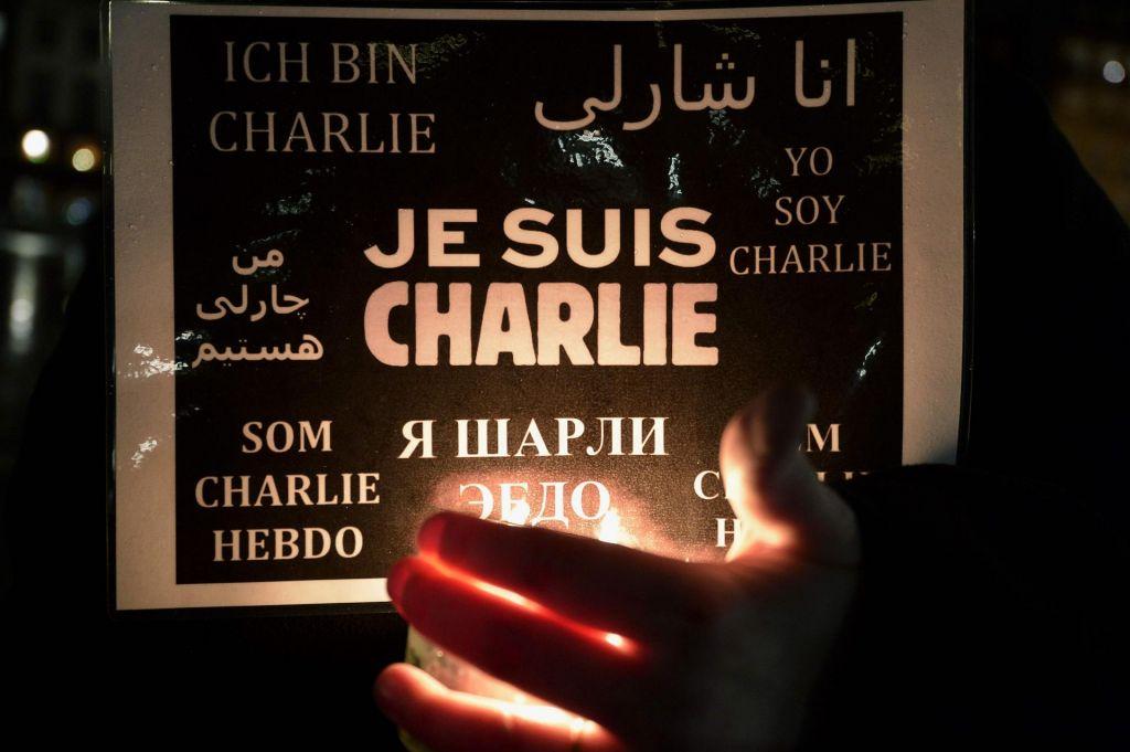 FOTO:Charlie Hebdo še vedno uperja bodice na vse strani