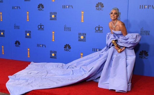 Izpoved Lady Gaga je tako ganila Oprah Winfrey, da je po intervjuju šla v zakulisje objet glasbenico. FOTO: Mark Ralston/AFP