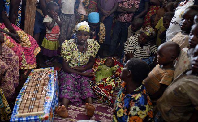 Žalovanje za otrokom, ki je umrl zaradi ošpic, v kongoški provinci Ituri. Med žrtvami ošpic v Kongu so v glavnem otroci. FOTO: Olivia Alland/Reuters