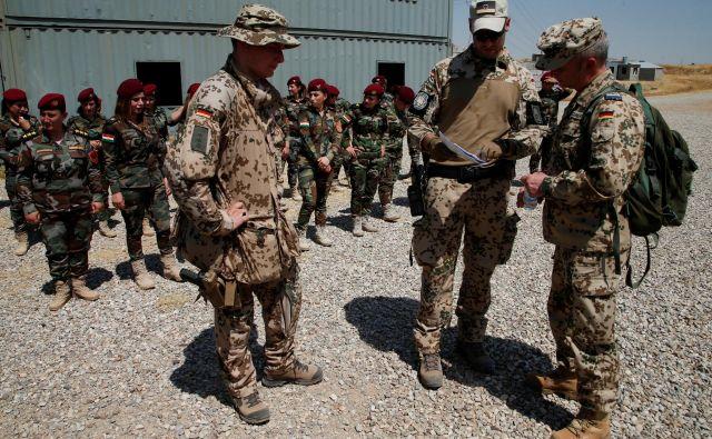 Nemška vojska v vojaškem kampu v Erbilu pri urjenju kurdskih pešmerg. FOTO: Reuters