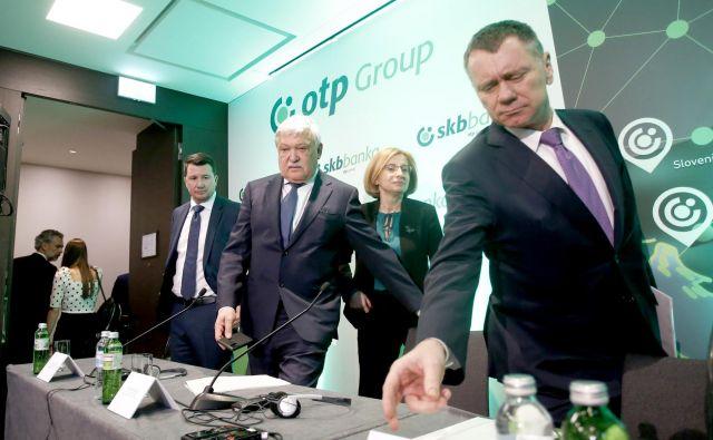 Vodstvi OTP in SKB bank na današnji tiskovni konferenci. Z leve Zsolt Barna, Sándor Csányi, Anita Stojčevska in Laszlo Wolf. Foto Roman Šipić