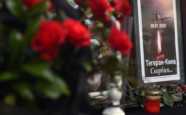 Cvetje in sveče pred ukrajinskim veleposlaništvom v Teheranu. FOTO: Sergei Supinsky/AFP