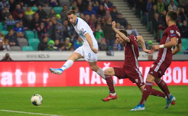 Z goli in odličnimi igrami za Slovan iz Bratislave je Andraž Šporar (levo) sprožil zanimanje uglednih evropskih moštev. Vse kaže, da bo odšel na Portugalsko. FOTO: Reuters
