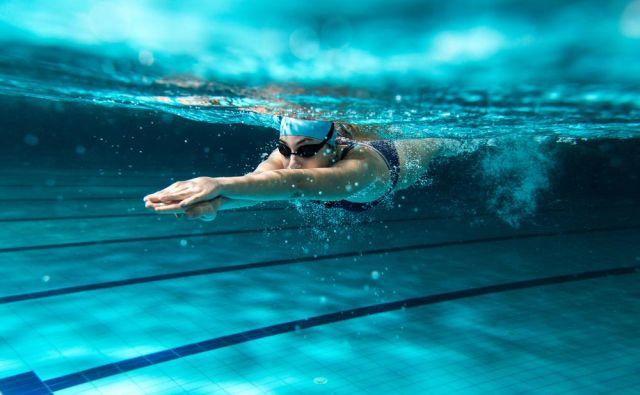 Poleg prsnega plavanja, kravla in hrbtnega plavanja lahko pri svoji vadbi izpopolnjujejo tudi delfin ali plavajo nekatere osnovne zavesljaje skladnostnega plavanja. Foto: Shutterstock