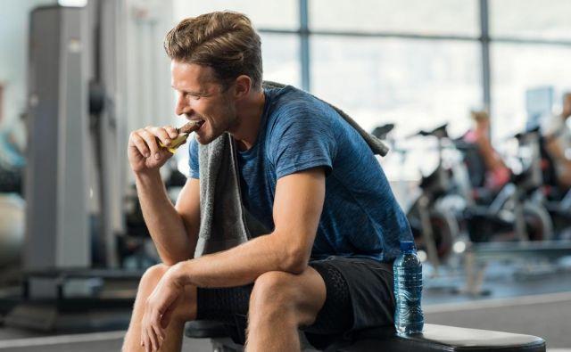 Naslednja metoda za izboljšanje prenosa ogljikovih hidratov prek samega gastrointestinalnega trakta v krvni obtok je uporaba strategij s povišanim vnosom ogljikovih hidratov pred telesno dejavnostjo, med njo in po nje. Foto: Shutterstock