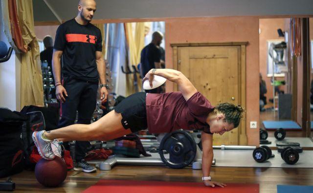 Ilka Štuhec je včeraj pozno popoldan po treningu v Zauchenseeju opravila vadbo v fitnesu, nato pa se podala še k serviserju. Ta konec tedna jo čakata dve tekmi. FOTO: Matej Družnik/Delo
