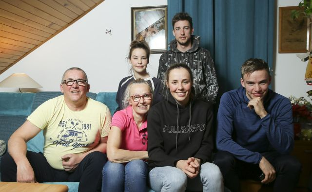 Sekstet: Janez, Anka, Anamarija, Janez, zadaj Tinkara in Boštjan FOTO: Jože Suhadolnik