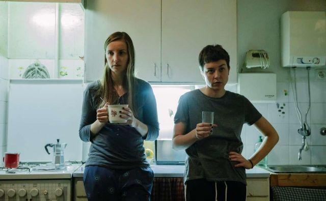 Urša Menart (levo) in Liza Marijina sta polsestri, ki na videz nimata nič skupnega, a se kmalu pokaže, da kri ni voda. FOTO: Urša Premik