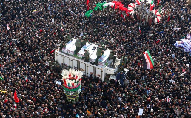Pogreba Kasima Sulejmanija se je v torek v Kermanu udeležilo nekaj sto tisoč ljudi.