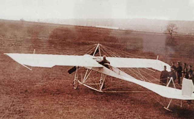 Prvi vzlet Edvarda Rusjana z letalom Merćep-Rusjan v Črnomercu pri Zagrebu, 13. novembra leta 1910, je bil uspešen. S tem letalom je mesec dni kasneje strmoglavil v Beogradu. Foto Arhiv vojaškega letališča Cerklje