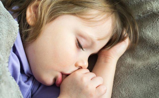 Pri otrokih, ki le občasno položijo svoj palec v usta in ga nežno sesajo, so nepravilnosti v razvoju čeljusti veliko manj verjetne kot pri tistih, ki ga pogosto in močno sesajo. Foto Gettyimages