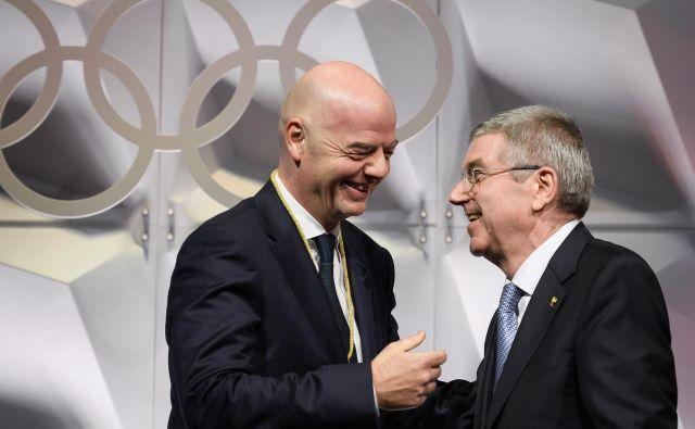 Predsednik MOK Thomas Bach (desno) je čestital predsedniku Fife Gianniju Infantinu za nov korak v karieri. FOTO: AFP