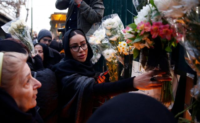 Iranci so se poklonili 176 žrtvam letalske nesreče, ki jo je povzročila raketa njijhovih oboroženih sil. Foto: Afp