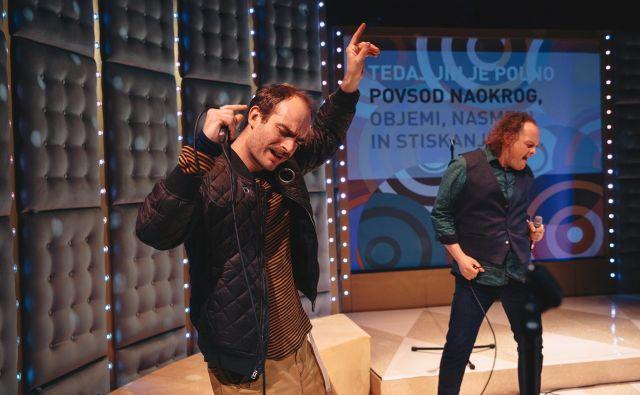 Karaoke so prijetna, lepo tekoča predstava, ki pod vprašaj postavlja samoumevnost naših želja. Foto Peter Giodani