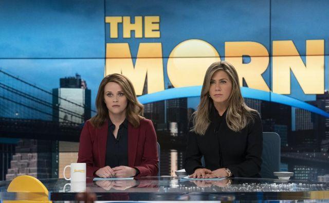 Reese Witherspoon in Jennifer Aniston blestita s čustvenim niansiranjem svojih likov, vpetih v vse odtenke poslovnega odnosa.<br /> Fotografiji Arhiv Apple TV+