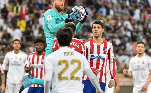 Jan Oblak je bil v Džedi med vidnejšimi akterji tekme za španski superpokal. Izgubil je »le« dvoboj s Thibautom Courtoisom pri branjenju 11-m. FOTO: AFP