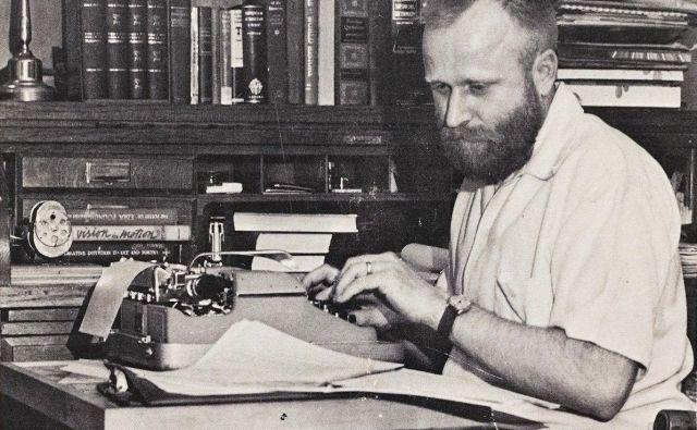 Frank Herbert v svojem pisateljskem kabinetu Foto George Westbeau