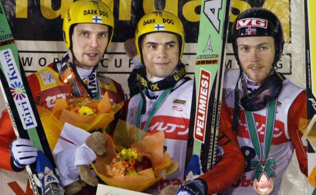 Janne Ahonen (levo) in Bjørn Einar Romøren (desno, na sredini jeMatti Hautamäki) sta bila velika tekmeca in ostala dobra prjatelja. FOTO: Reuters