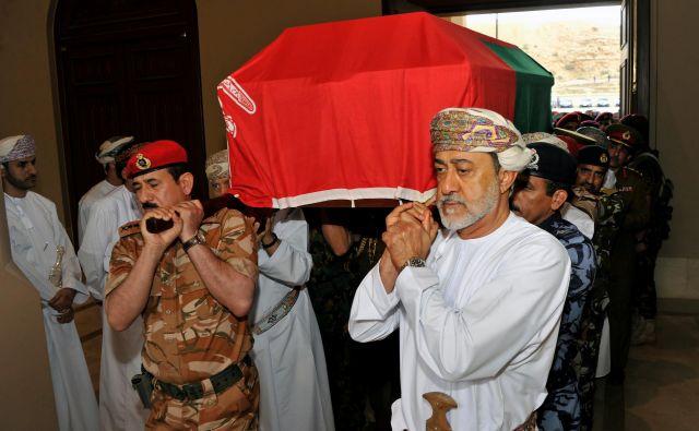 Haitam bin Tarik Al Said je nosil krsto bratranca in predhodnika Kabusa bin Saida. FOTO: Reuters