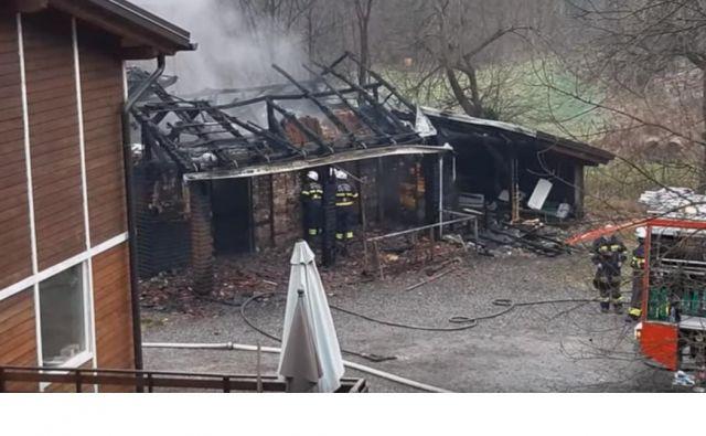 Gasilce so o požaru obvestili ob 5.25 uri zjutraj, a je bil že tako razmahnjen, da kljub 20 gasilcem, ki so prispeli s štirimi gasilskimi, šestim žrtvam ni bilo pomoči. FOTO: Youtube
