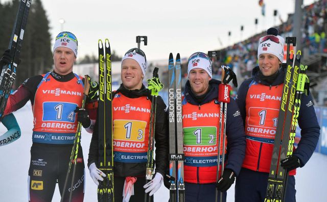 Zmagovalna norveška štafeta je drugouvrščene Francoze premagala za 4,4 sekunde. FOTO: Tobias Schwarz/AFP