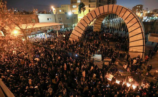 Iranski študenti so se na objavo oblasti, da je odgovorna za sestrelitev letala, zvečer odzvali s protestom pred teheransko univerzo Amirja Kabira. FOTO: Atta Kenare/AFP