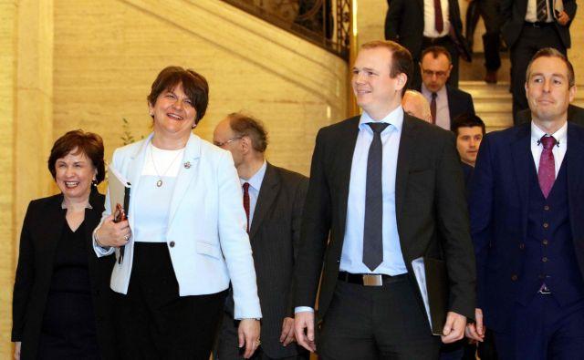 Vodja demokratičnih unionistov Arlene Foster je po sklenitivi koalicijskega sporazuma znova postala prva ministrica Severne Irske. Foto Paul Faith/Afp