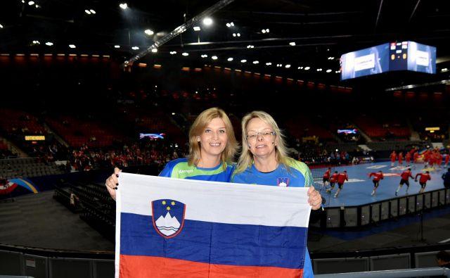 Małgosia Młynik (levo) in Corinna Anton sta si vzeli dopusti, da lahko na Švedskem bodrita Slovence.FOTO: Slavko Kolar