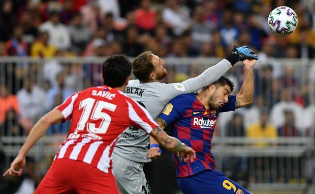 Takole je vratar Jan Oblak uspešno posredoval v akciji Luisa Suareza in doprinesel k porazu Barcelone in slovesu Valverdeja. FOTO: Reuters