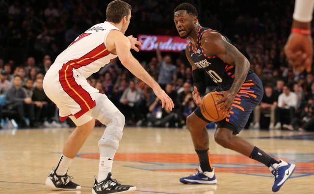 Julius Randle (z žogo) je bil najboljši strelec tekme in moštva New York Knicks, Goran Dragić (levo) pa ni imel svojega najboljšega večera. FOTO: Usa Today Sports