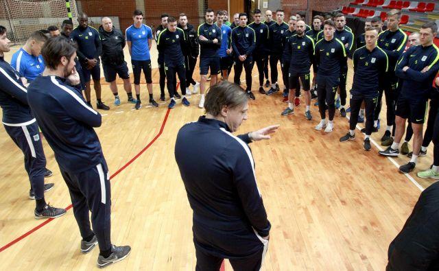 Trener Olimpije Safet Hadžić je na Kodeljevem zbral igralce in jim predstavil načrt priprav, ki bodo imele vrhunec v Turčiji. FOTO: Roman Šipić/Delo