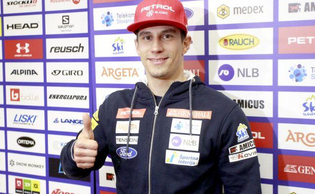Žan Kranjec je danes sedel pred slovenske medije in razmišljal o svoji uspešni sezoni, ki mu je na polovici prinesla majico vodilnega veleslalomista. FOTO: Roman Šipić/Delo