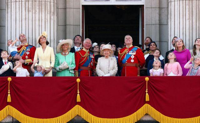 Kraljica Elizabeta II. razume vnuka in njegovo ženo, a bi raje videla, da bi ostala kraljeva člana s polnim delovnim časom. FOTO: Reuters