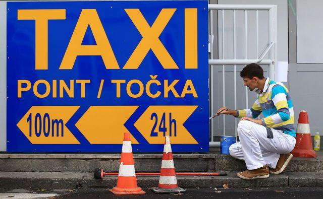 V Ljubljani so nekatera vozila stara, dotrajana, z razbitimi blatniki, zanemarjena, smrdijo po tobaku, na zadnjih sedežih ni dovolj prostora zame, čeprav merim le 170 centimetrov. Foto Tomi Lombar