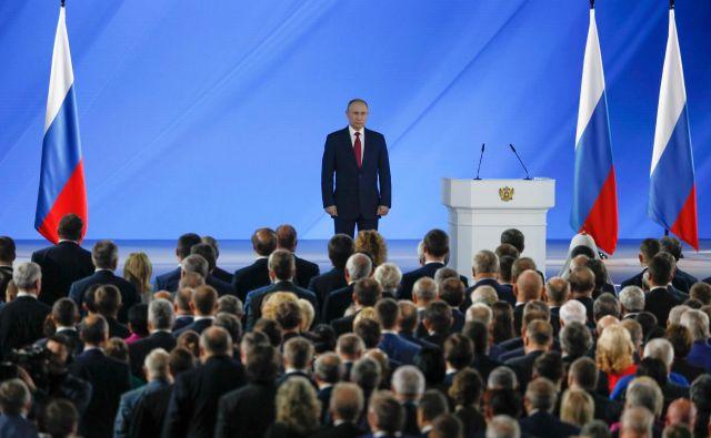 Vsekakor se zdi malo verjetno, da se je Putin, ki po Stalinu vlada v Rusiji najdlje časa, končno odločil, da se bo iz svojega ledenega dvorca na Mesecu spustil na zemljo ter se posvetil vnukom in družini. FOTO: Shamil Zhumatov/AFP