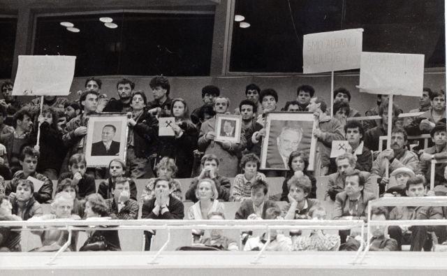 Fotograf Dela <strong>Zoran Vogrinčič</strong> je februarja 1989 dokumentiral manifestacijo solidarnosti s Kosovom v Cankarjevem domu. Kosovski udeleženci manifestacije so v dvorano prinesli fotografije Josipa Broza Tita in Edvarda Kardelja.