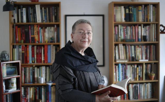 Zorana Baković si je želela predavati na univerzi, a jo je življenje odneslo v novinarstvo. Še dobro, si najbrž mislijo njeni zvesti bralci. FOTO: Leon Vidic