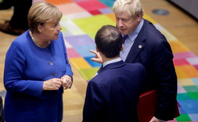 Britanski premier Boris Johnson, nemška kanclerka Angela Merkel in francoski predsednik Emmanuel Macron med oktobrskim vrhom EU v Bruslju. FOTO: Reuters