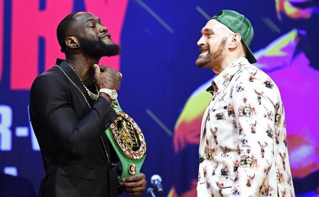 Deontay Wilder (levo) je nazorno pokazal Tysonu Furyju, kako bo opravil z njim. FOTO: AFP
