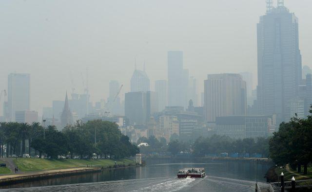 Melbourne je zavit v smog. FOTO: AFP