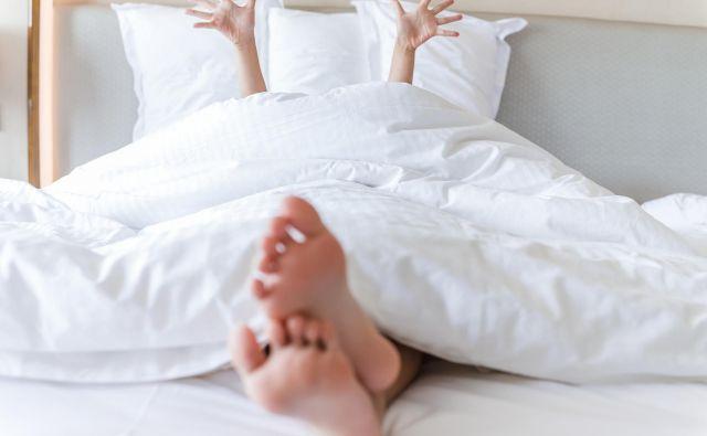 Rezultati ankete, ki jo je izvedlo podjetje CPAP, ki se ukvarja s prodajo pripomočkov za spanje, kažejo, da ima odlašanje z gospodinjskimi opravili velik vpliv na naše počutje in kvaliteto spanca. FOTO: Shutterstock