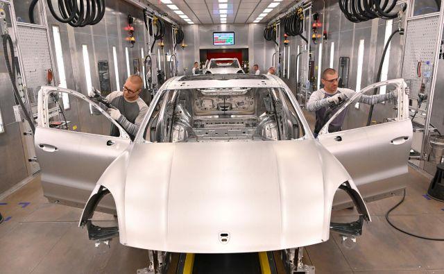 Porsche je lani prodal rekordnih 280 tisoč avtomobilov, rasel je predvsem s športnimi terenci, ki jih med drugim izdelujejo v Bratislavi. Foto Reuters