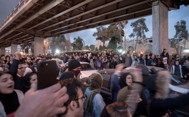 Iranci, ki so v zadnjih dneh šli na ulice in pozivajo celo k padcu režima, so v manjšini, a nezadovoljstvo v državi hitro narašča. FOTO: Reuters