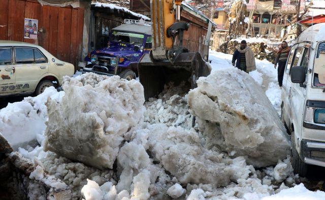 V Pakistanu je najhuje v Kašmirju, kjer je po zadnjih podatkih umrlo 62 ljudi, deset jih pogrešajo. FOTO: Reuters
