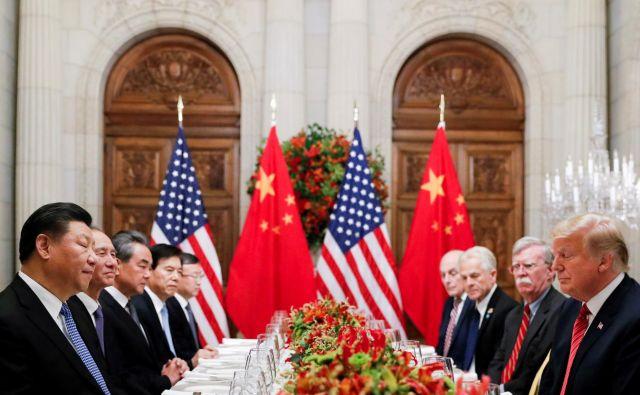 Vsebino sporazuma bodo objavili po podpisu, torej danes, a se je že razvedelo, da bo morala Kitajska skladno s sporazumom v prihodnjih dveh letih kupiti za okoli 200 milijard dolarjev ameriškega blaga. FOTO: Kevin Lamarque Reuters